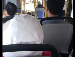 thanh niên quay tay trên xe bus.MOV