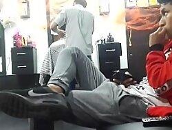 Rico chibolo hetero se exita en barber shop