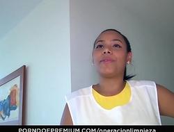 OPERACION LIMPIEZA - Un trío con la jovencita chica de la limpieza colombiana