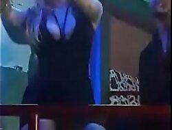Guarra bailando enseña coño