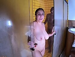 Negrão aprontando na banheira no intervalo da grava&ccedil_ão - Mary RedHead - Big Bambu - Capoeira Ator - Higor Negrão