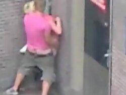 Jeune mate une milf se faire baiser contre un mur dans la rue