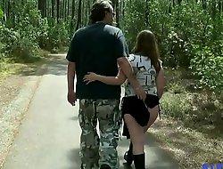 Stephanie se fait prendre dans les bois, enceinte et entoureÌxxxe de voyeurs [Full Video]