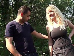 Jolie blonde à_ gros seins baise en forê_t