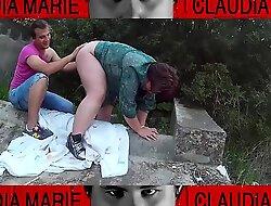 A la gorda no le cuesta hacer posturas en una acequia del campo para correrse. Sexo en público, casi nos pillan