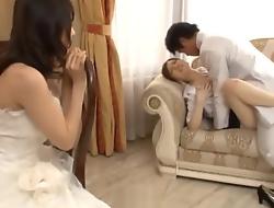 Le marie baise demoiselles d'honneur mention favourably en maquillant flood la mariee