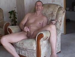 Wichsen im Sessel 07