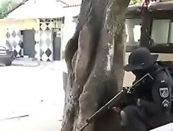Herói fardado sentando bala no cu do vagabundo